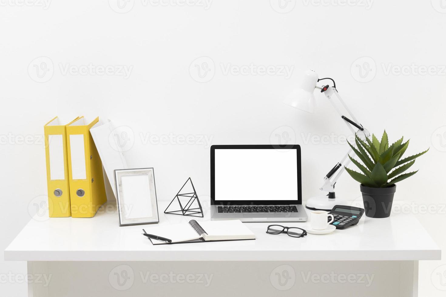 front view office desk sammansättning med laptop foto