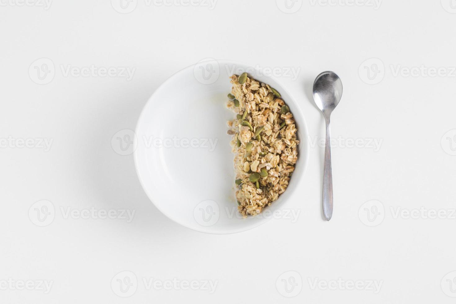granola med pumpafrön på vit bakgrund foto