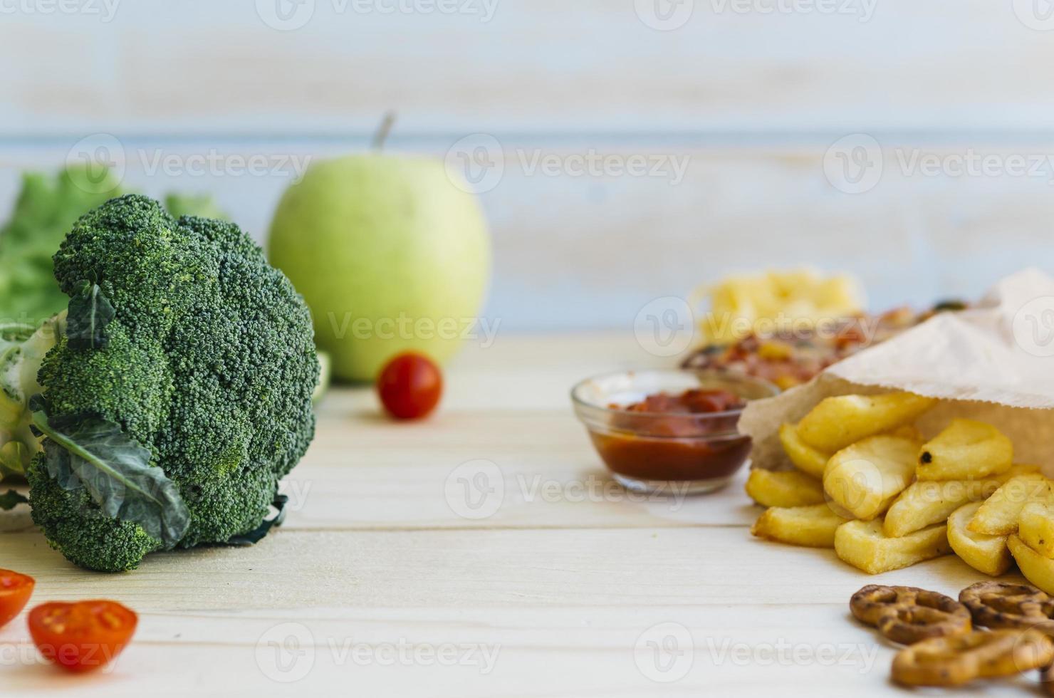 hälsosam mat vs ohälsosam mat foto