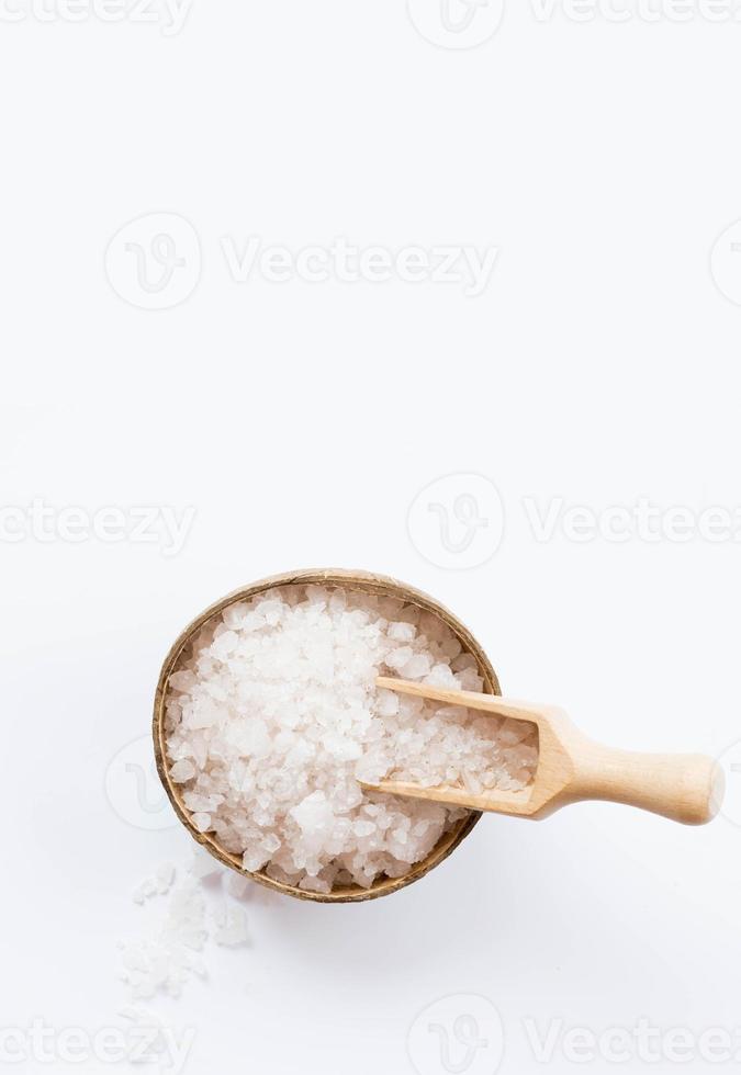 hälsosamt spa-koncept med badsalt på vit bakgrund foto