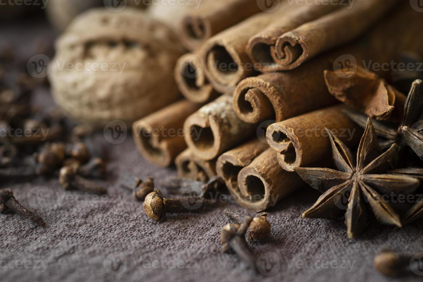 hög vinkelarrangemang med nötter och kanelstänger, närbild foto