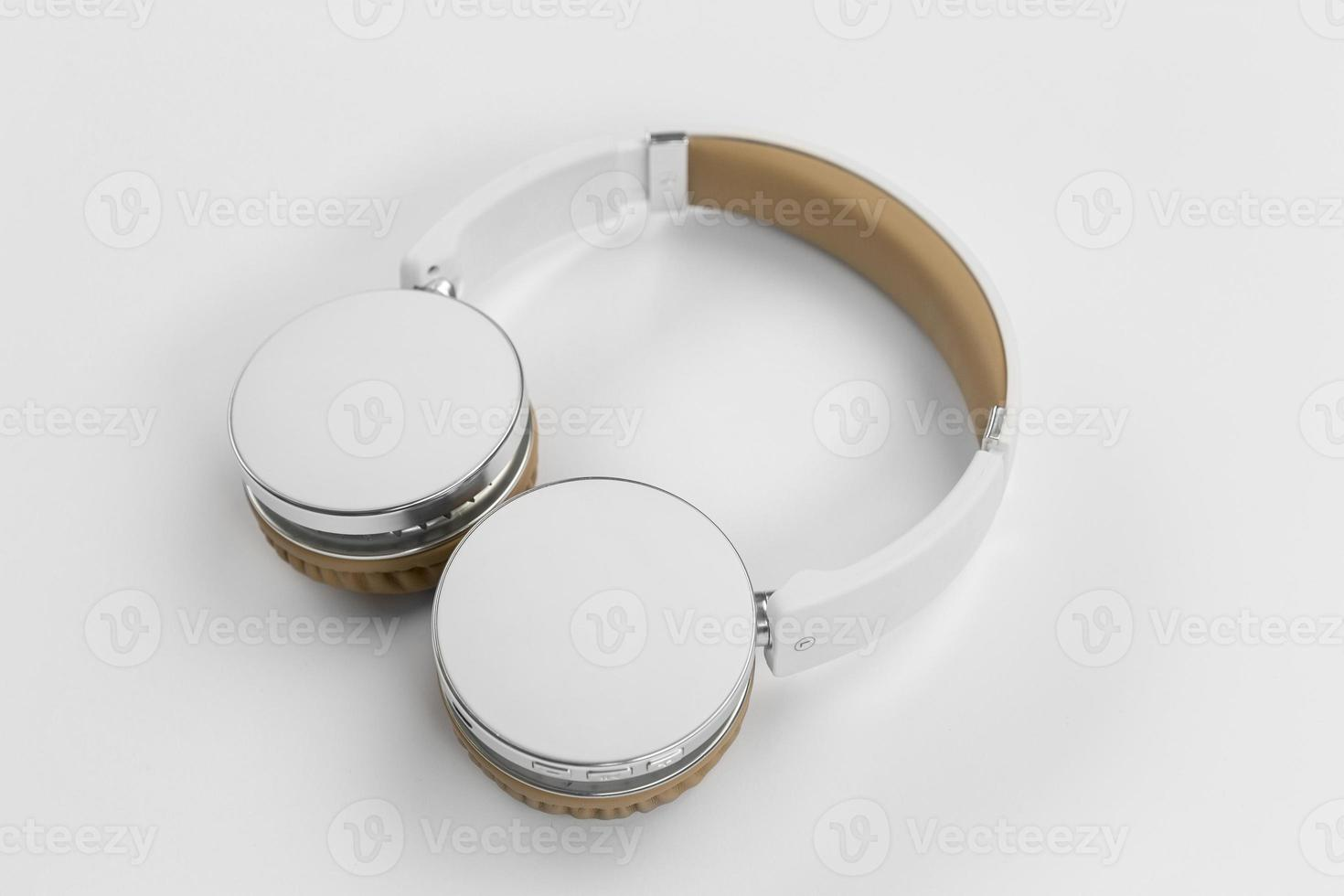 högvinkel hörlurar på vit bakgrund foto