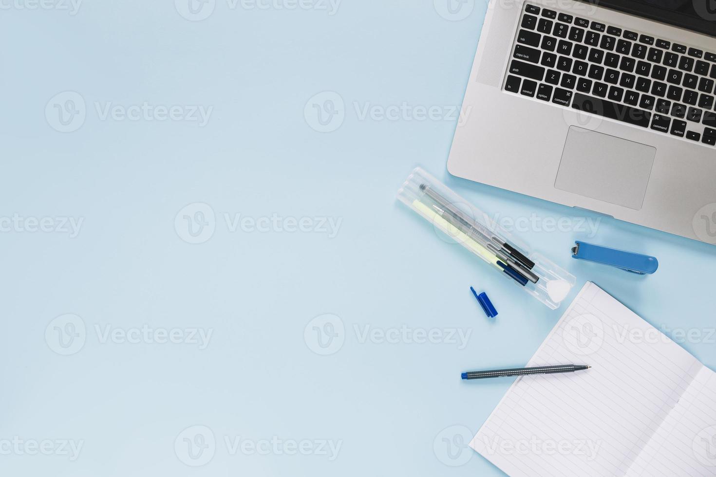 hög vinkel bärbar dator och brevpapper på blå bakgrund foto