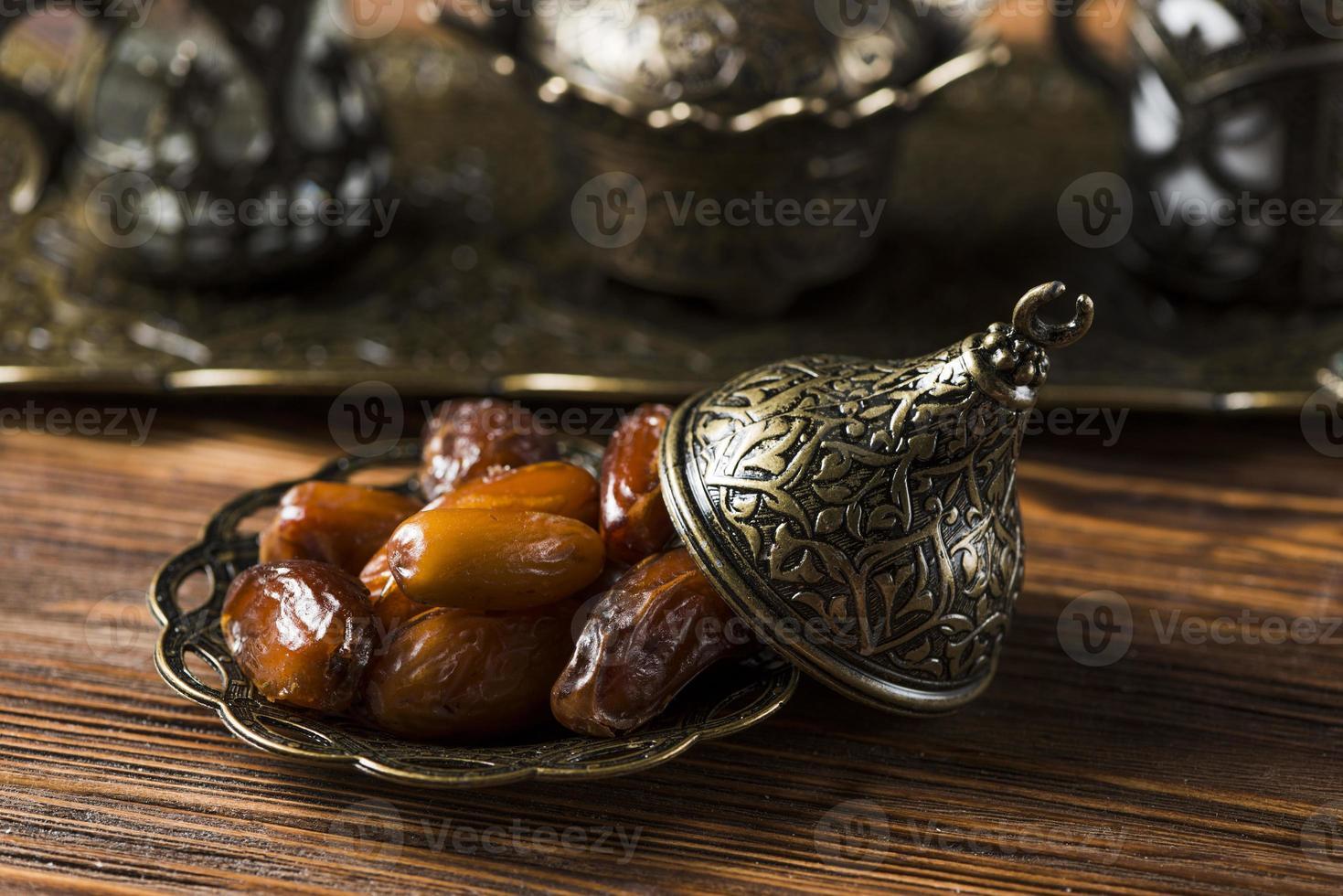 arabisk matkomposition av ramadan med datum foto