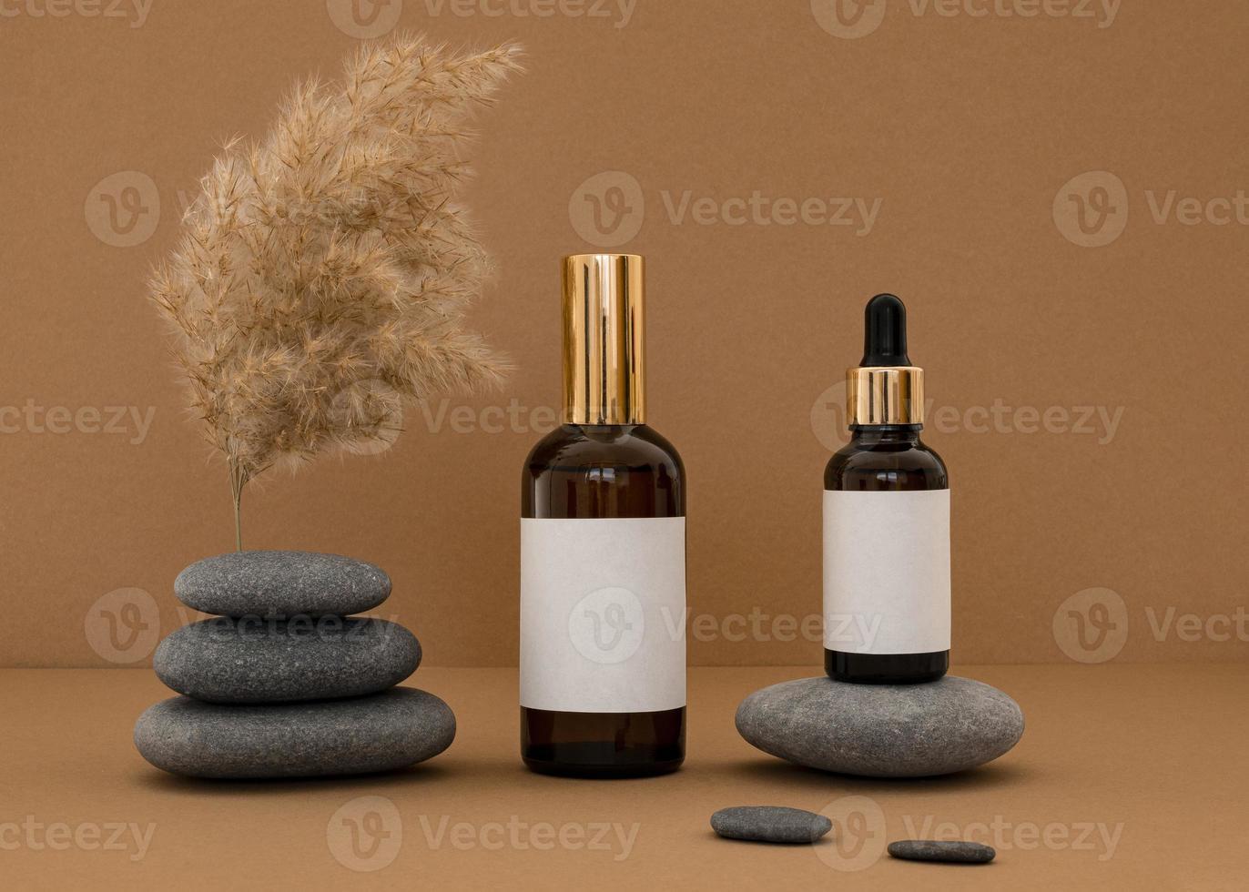 skönhetsprodukter blandade på grå stenar och rustik orange bakgrund foto