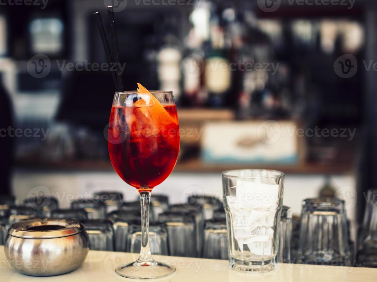 ljus cocktail på bardisken foto