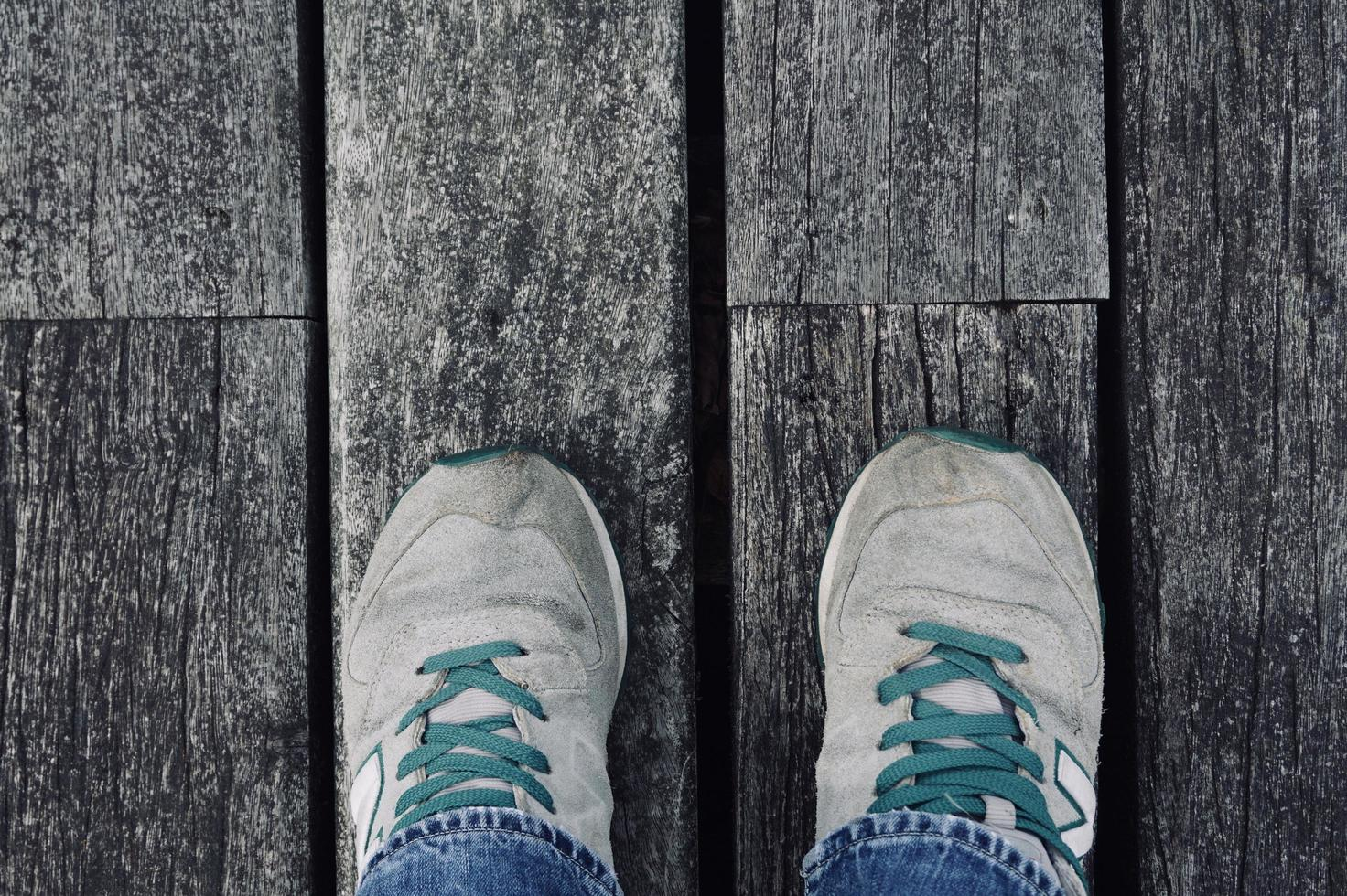 man med sneakers som går på gatan foto