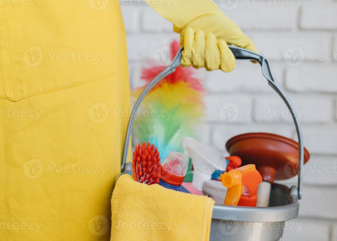 närbild hink med rengöringsprodukter foto