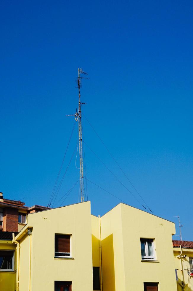 TV-antenn på taket av huset foto