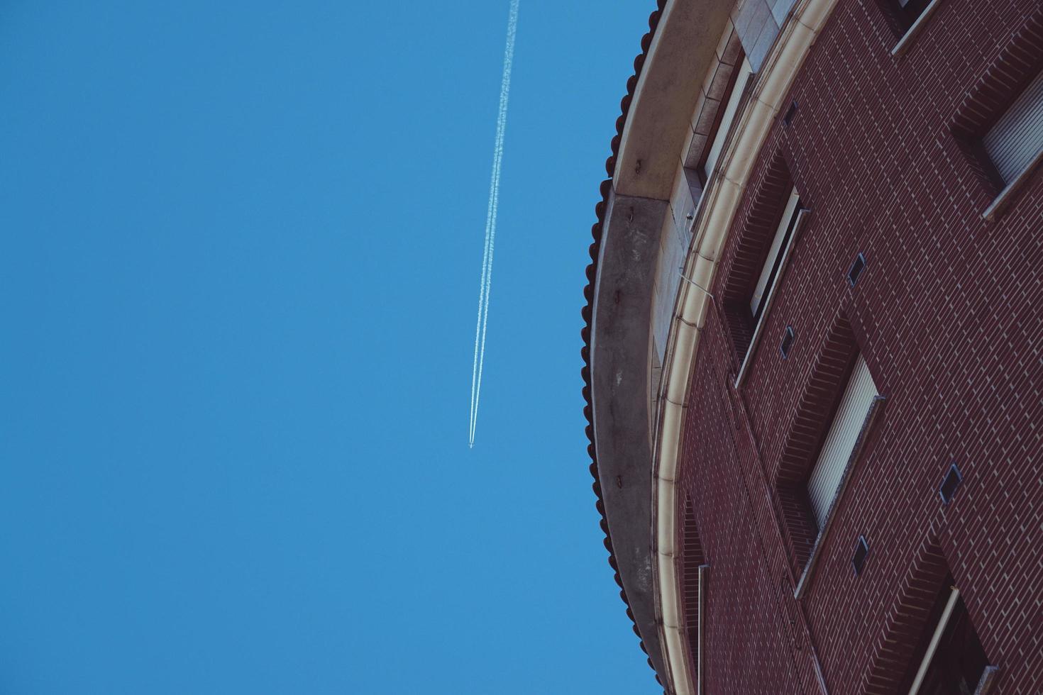 flygplan som flyger i himlen i bilbao city, spanien foto