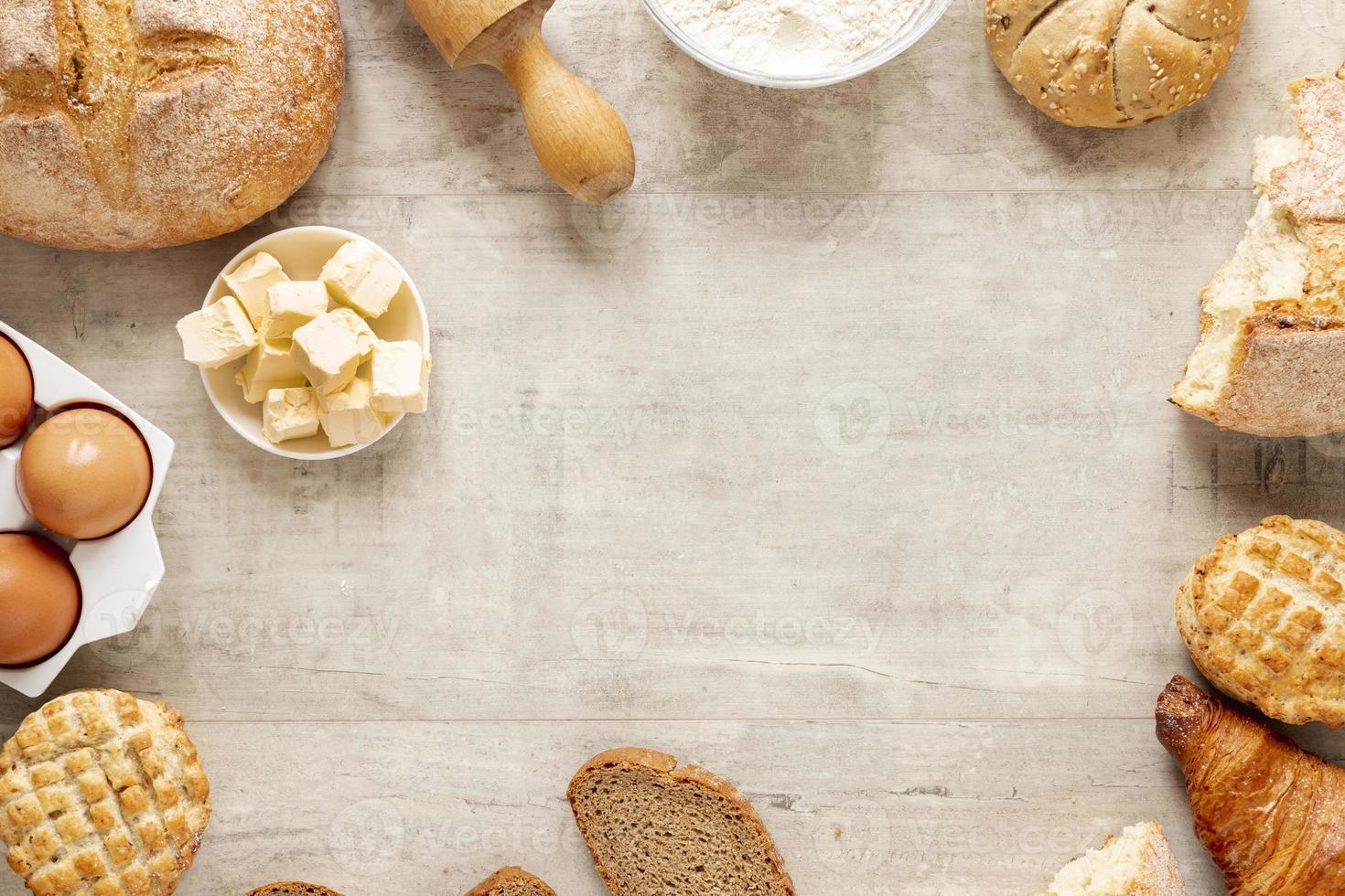 croissantbrödram med kopieringsutrymme foto