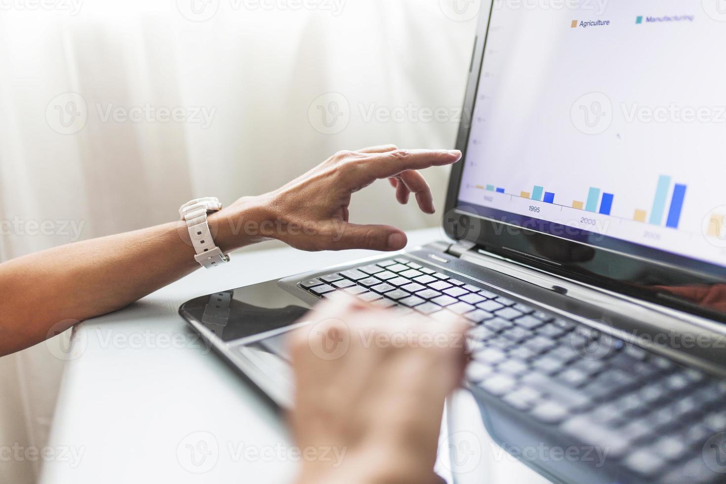 beskurna händer som använder bärbar dator i regeringsställning foto