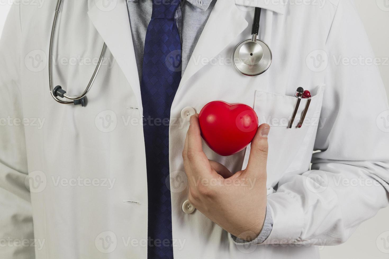 läkare som visar plasthjärta foto