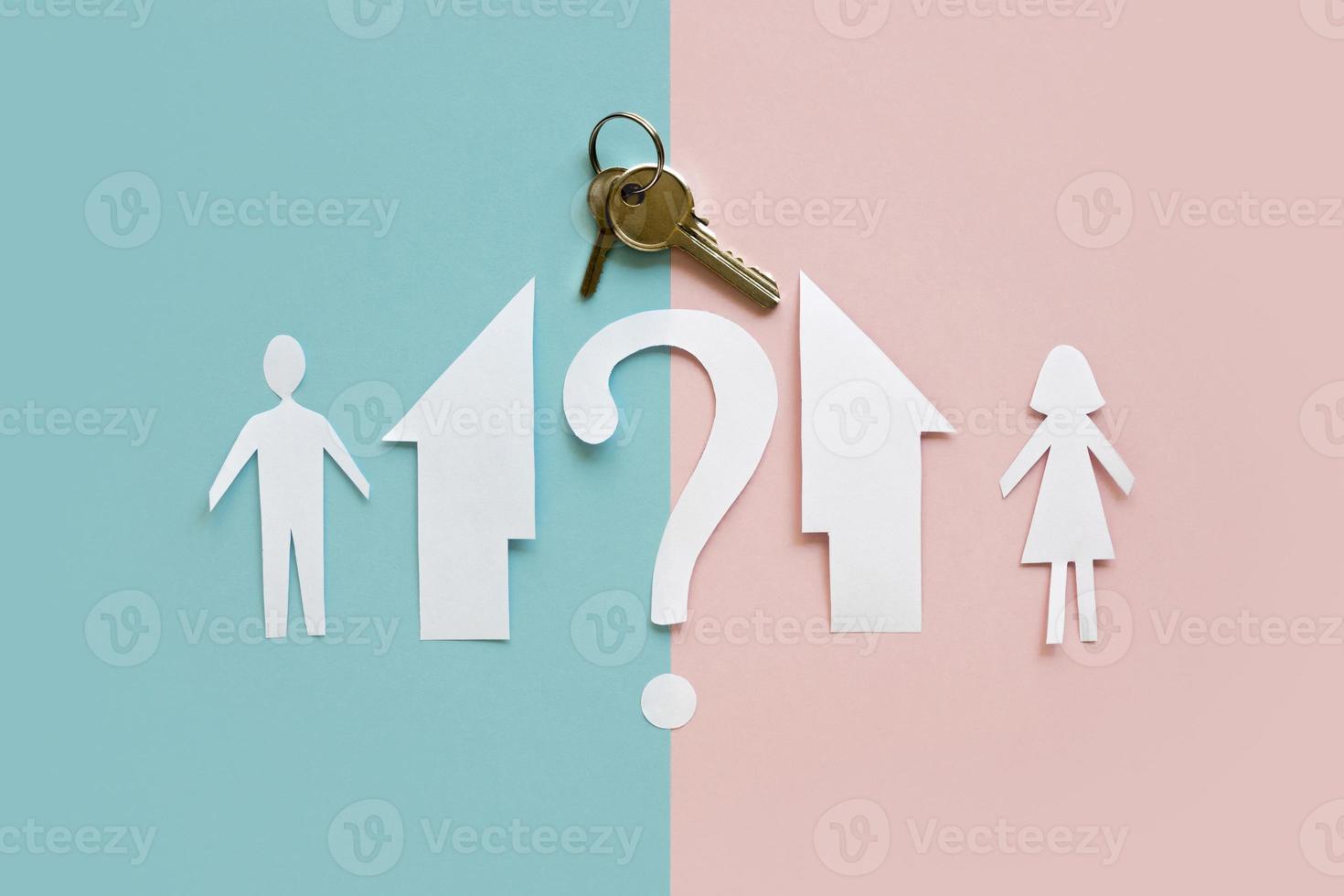 platt låg papper familj hus separerade med nyckel på rosa blå bakgrund foto