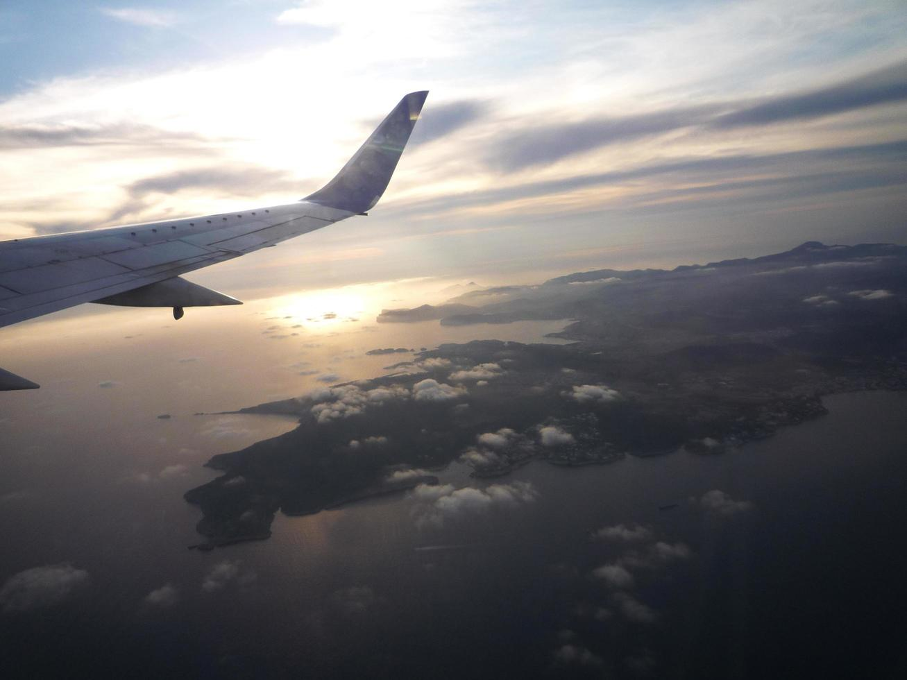 soluppgång och flygplansvingevy från illuminator. foto