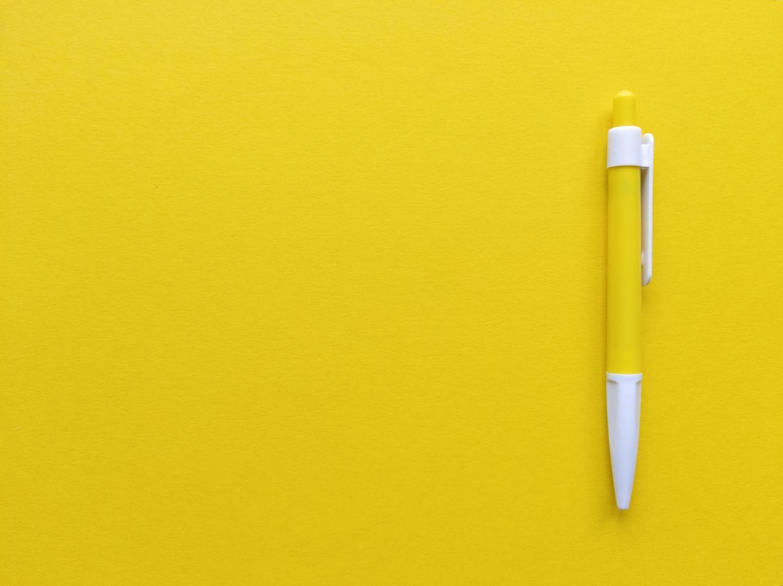 gul och vit penna på gul bakgrund. minimalistisk lägenhet låg med kopia utrymme. stock foto. foto