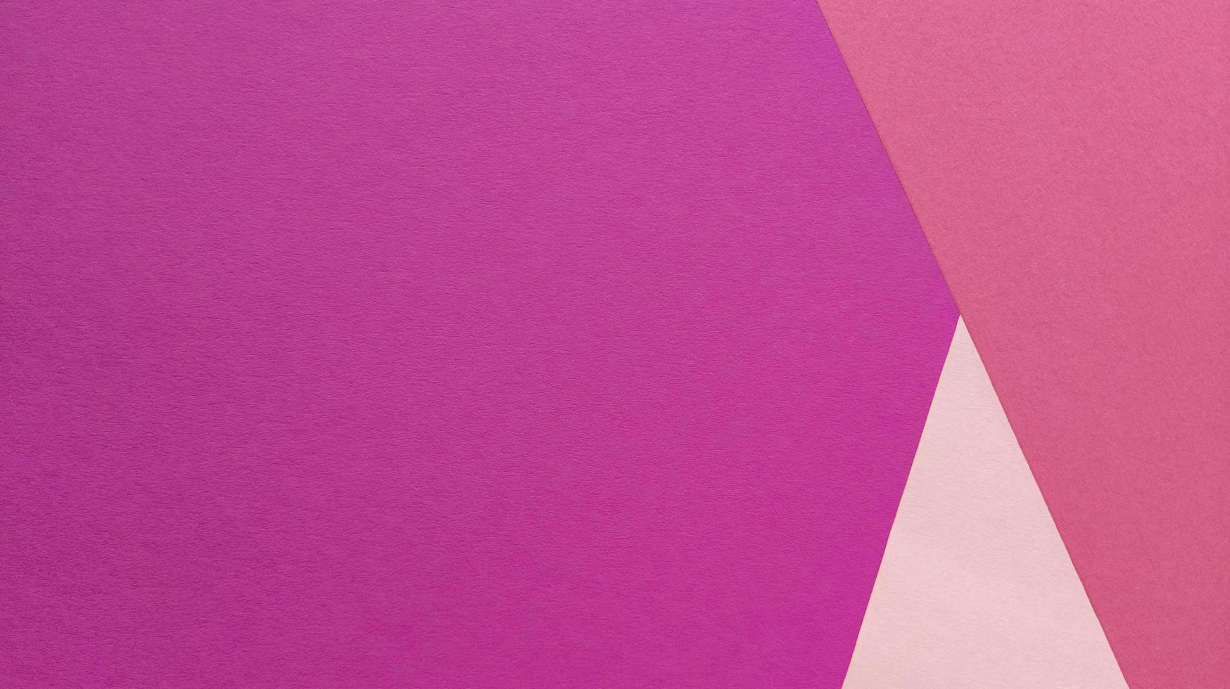 enkel platt låg med pastellstruktur och triangelformer. rosa papper bakgrund. stock foto. foto
