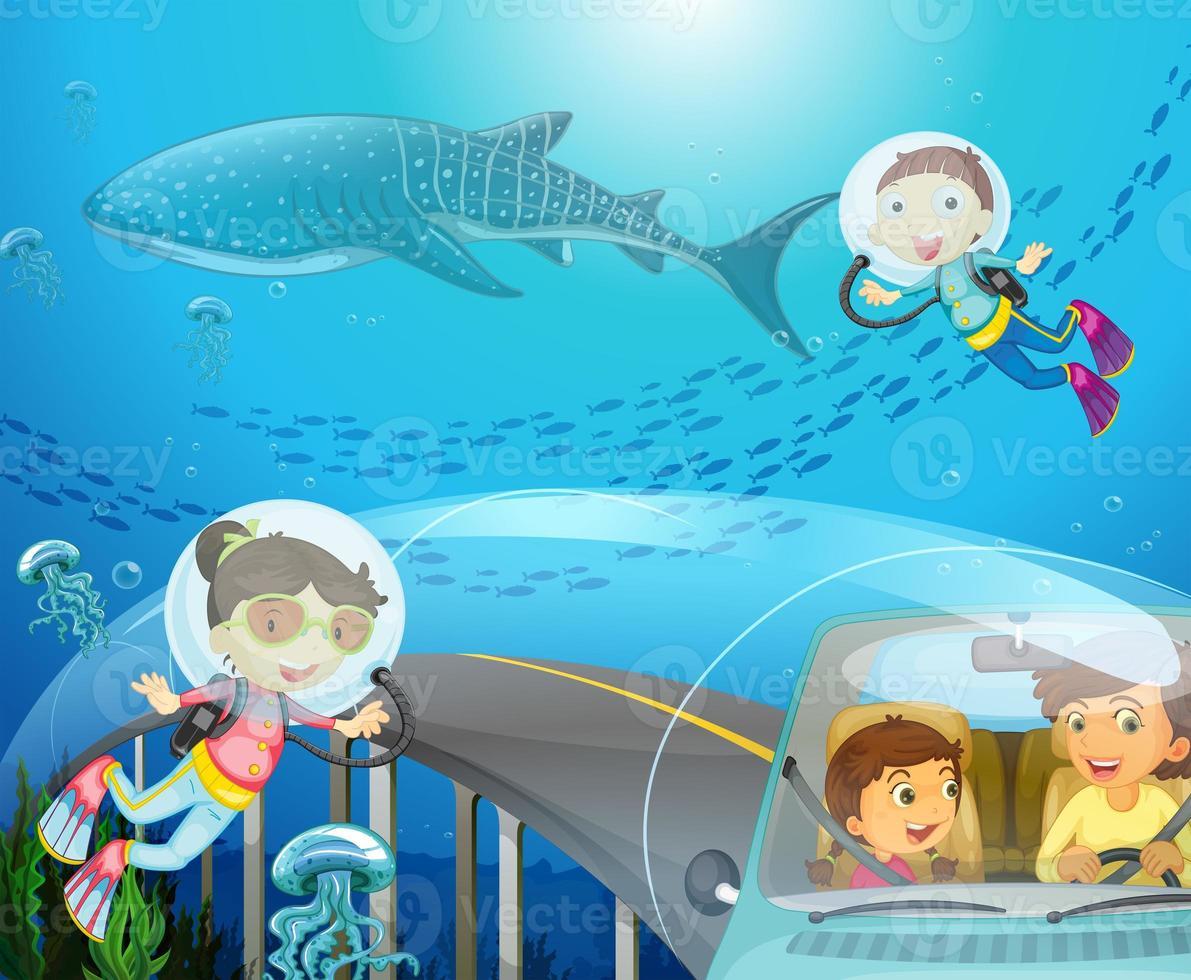 pojke och flicka dykning under havet foto