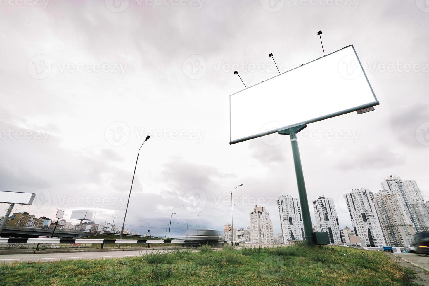 skylt vid stadsingången på molnig dag foto
