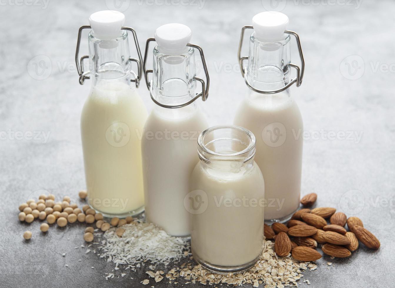 flaskor med olika vegetabilisk mjölk foto