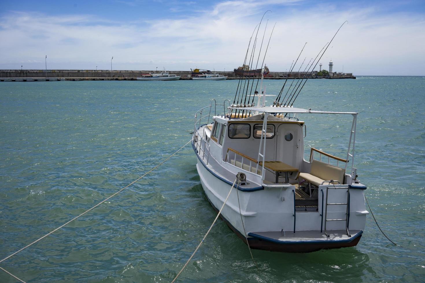 marinmålning med en båt på bakgrunden av havet. foto