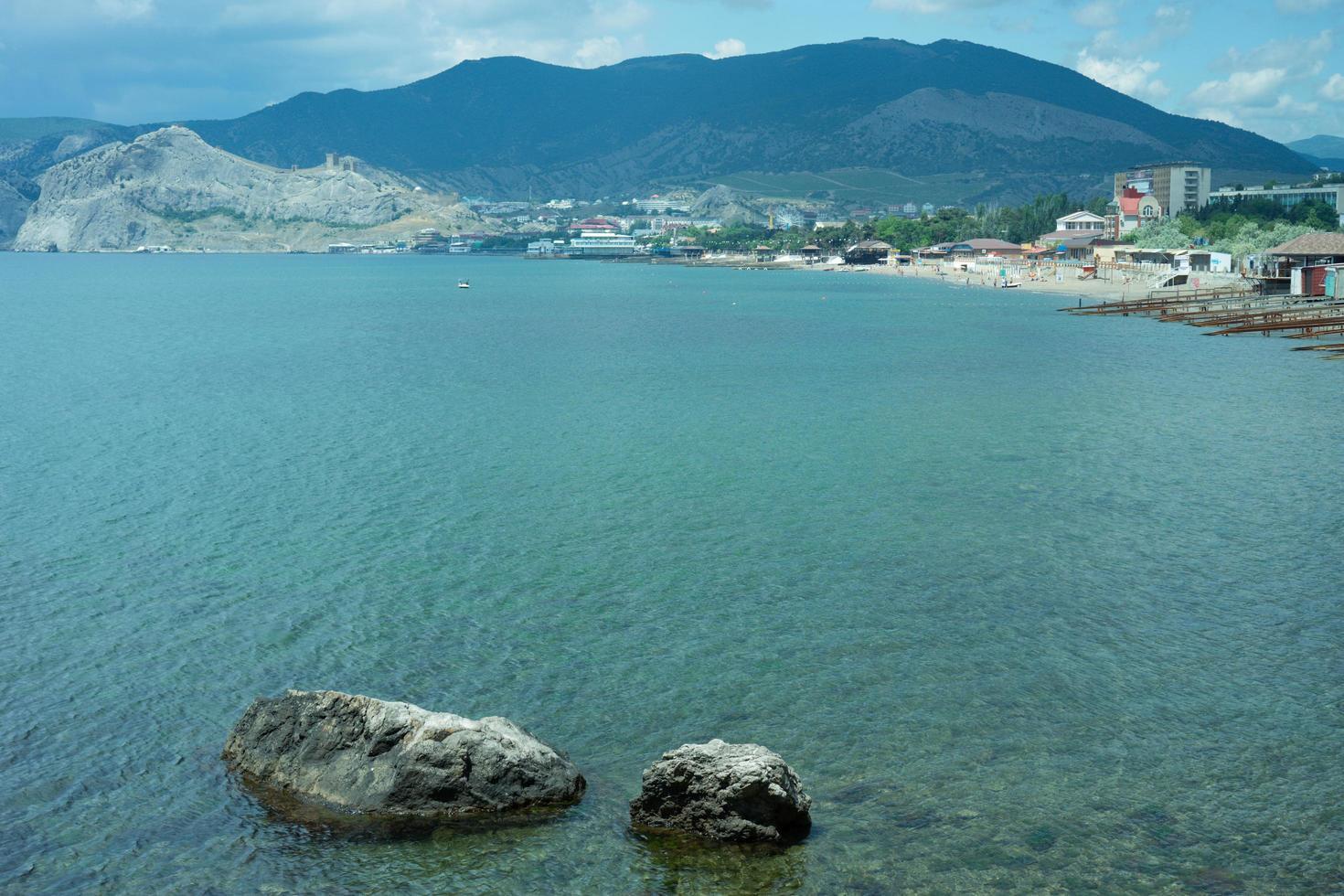 marinmålning med stenar på bakgrunden av vatten. foto