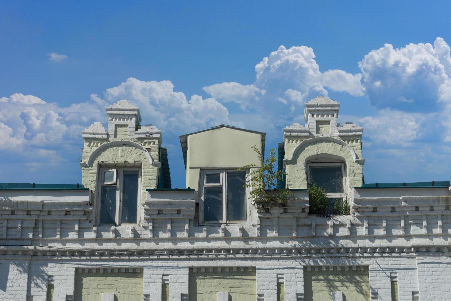 stadslandskap med en gammal byggnad mot en blå himmel. foto