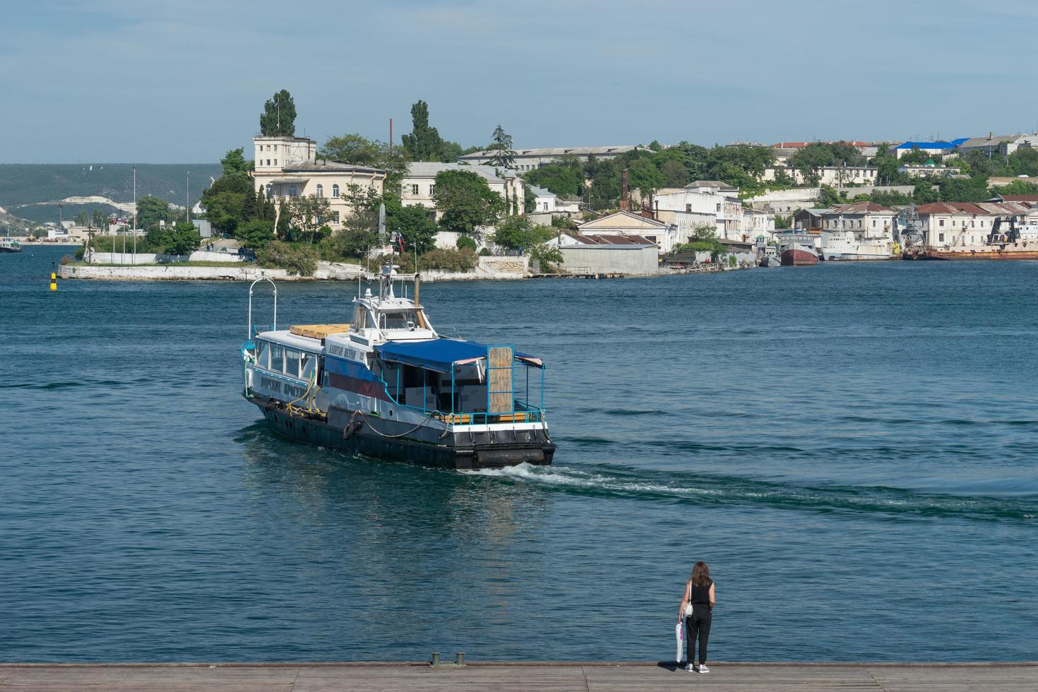 fritidsbåt på bakgrunden av havet och det urbana landskapet. foto