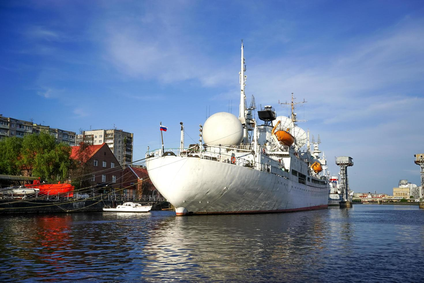 stadslandskap med ett stort vitt skepp vid piren. foto