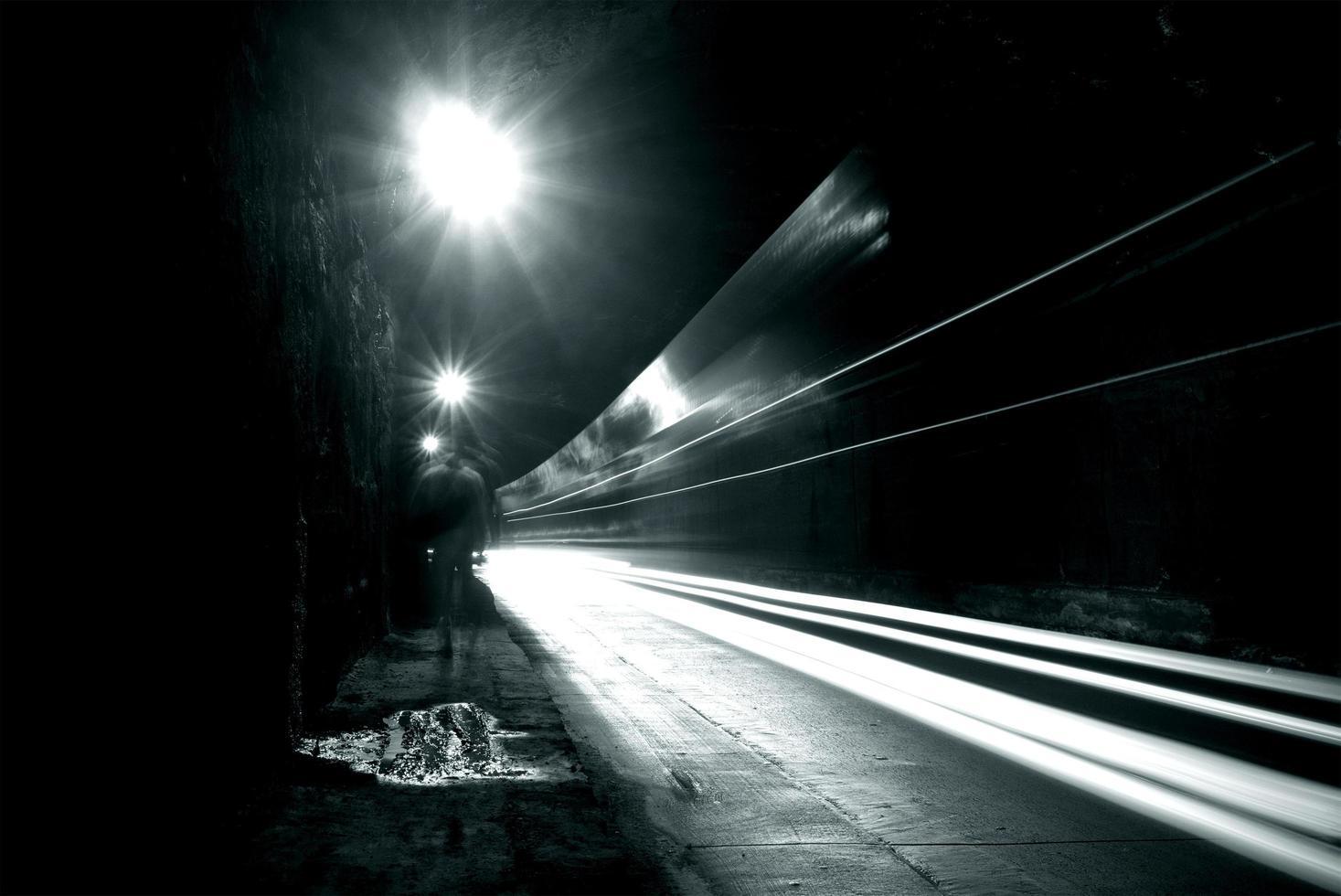 en mörk tunnel med ljusa stigar foto