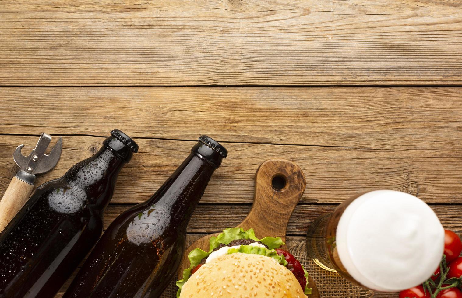 öl och hamburgare med kopieringsutrymme foto