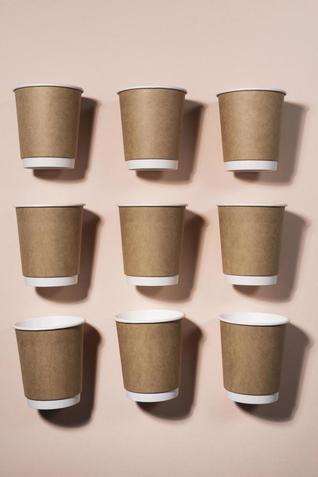 arrangemang av pappers engångs kaffekoppar foto