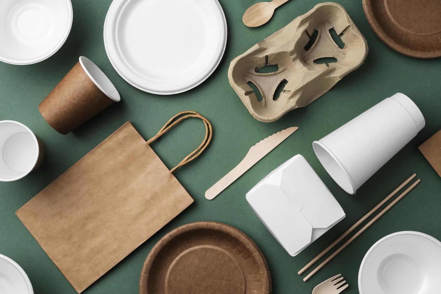 disponibel bordsartiklar på grön bakgrund foto