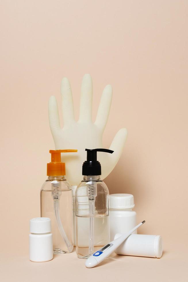 covid koncept med hygienprodukter foto