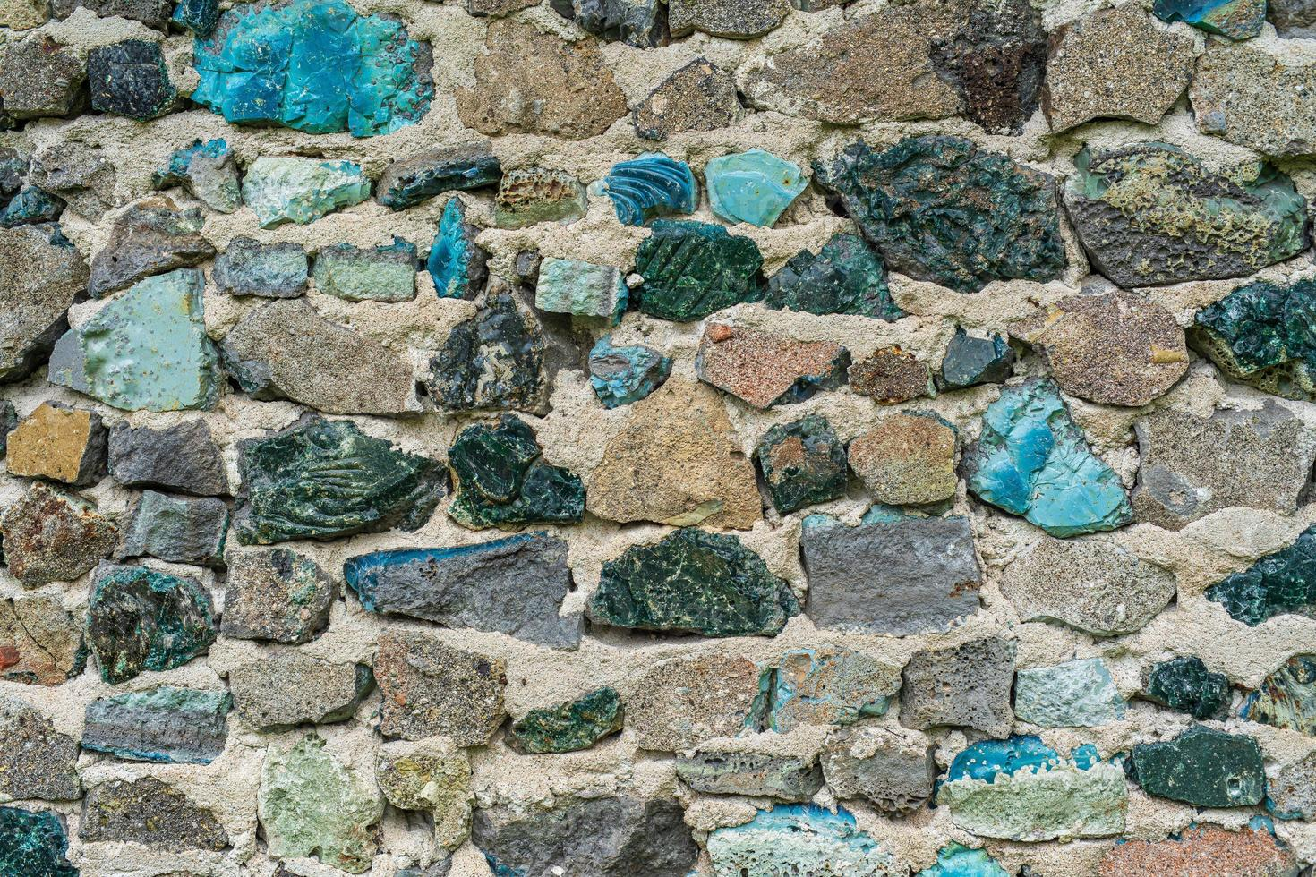 gammal stenvägg med färgglada stenar foto