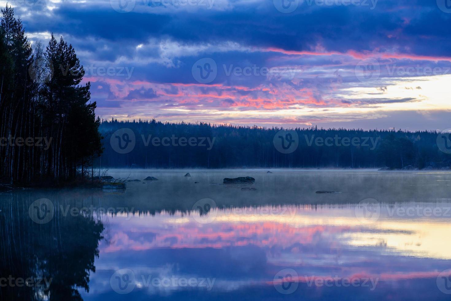 tidig morgonsikt korsar en sjö i sverige foto