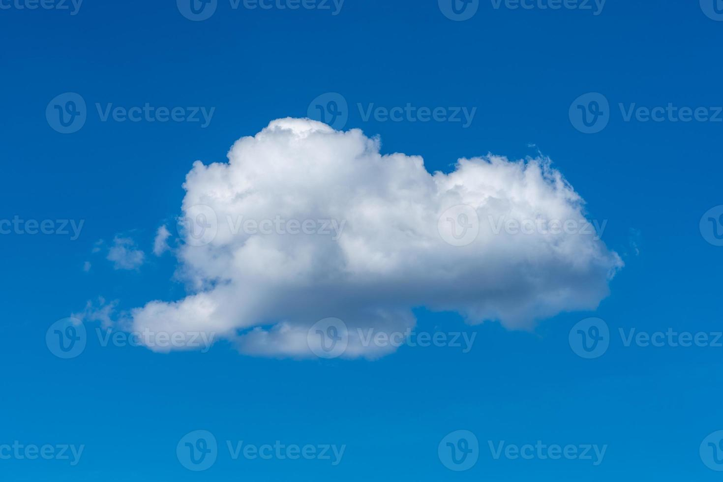 enda vitt moln på en blå sommarhimmel foto