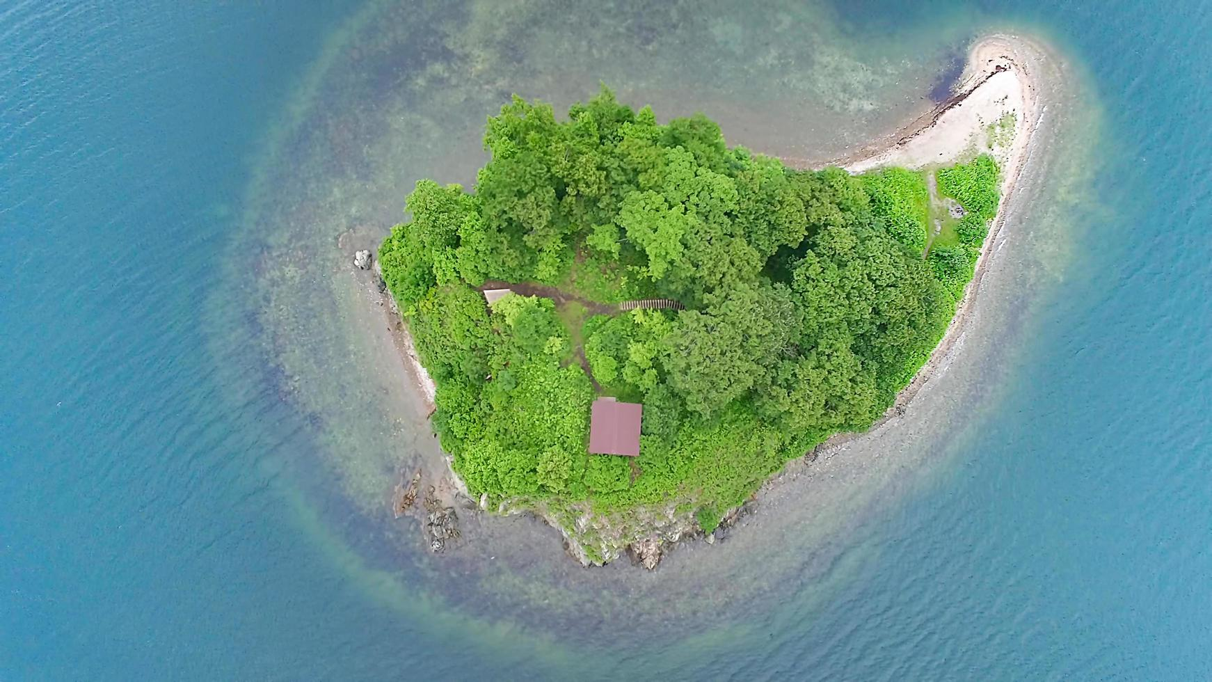 luftrecension av ön papenberg i japanska havet. foto