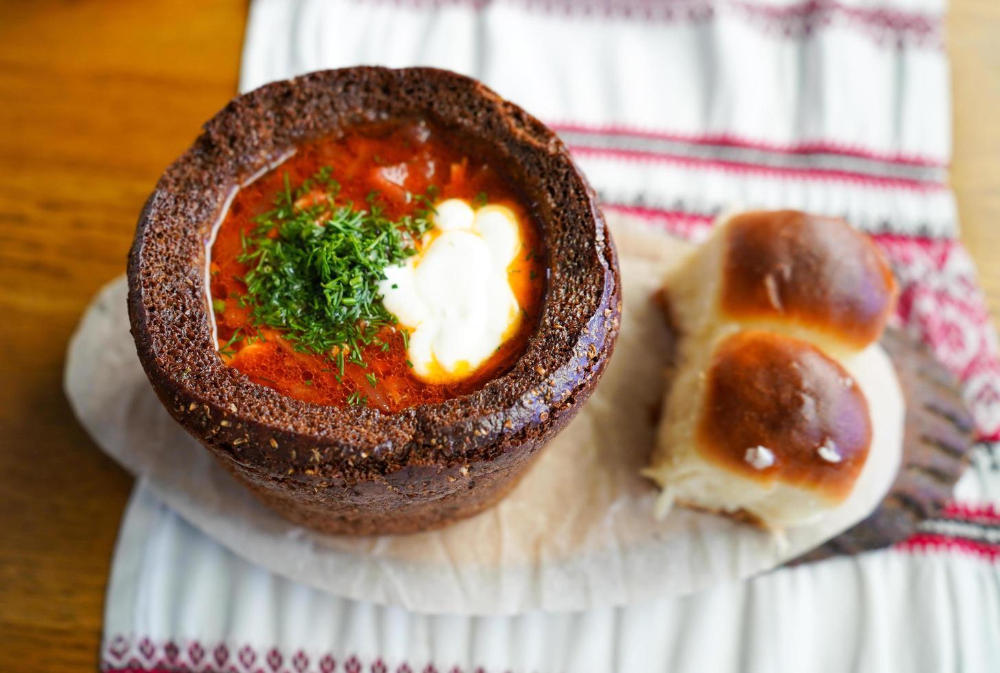 borsjt i svart bröd med klimpar foto