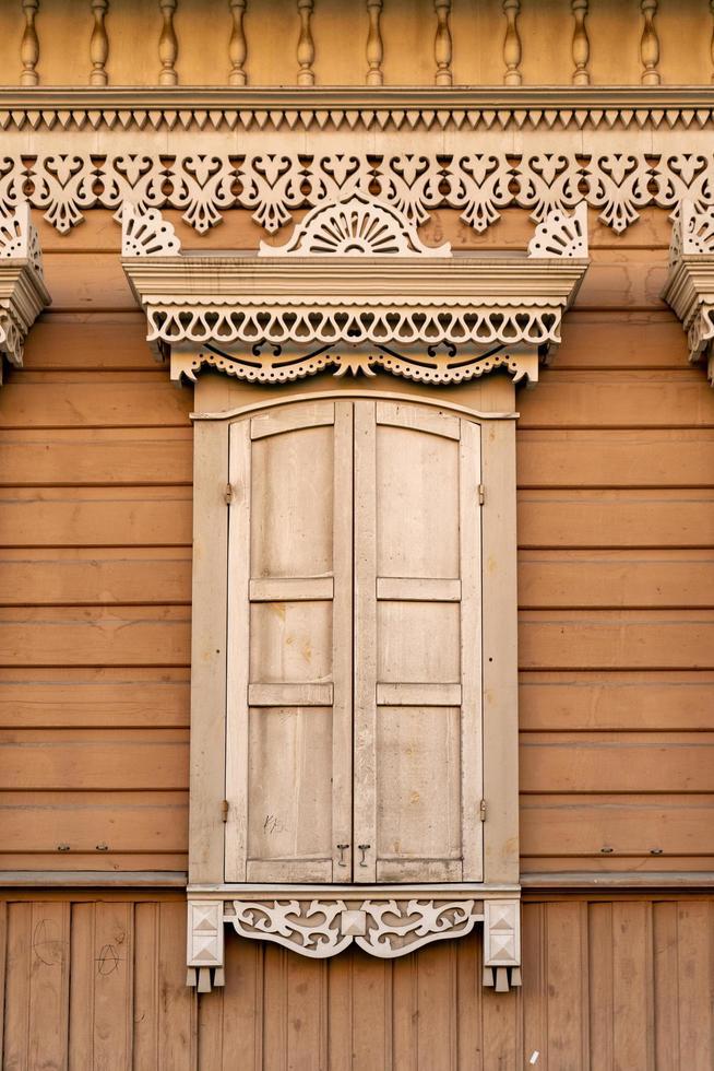 fasad av en träbyggnad med ett fönster. foto