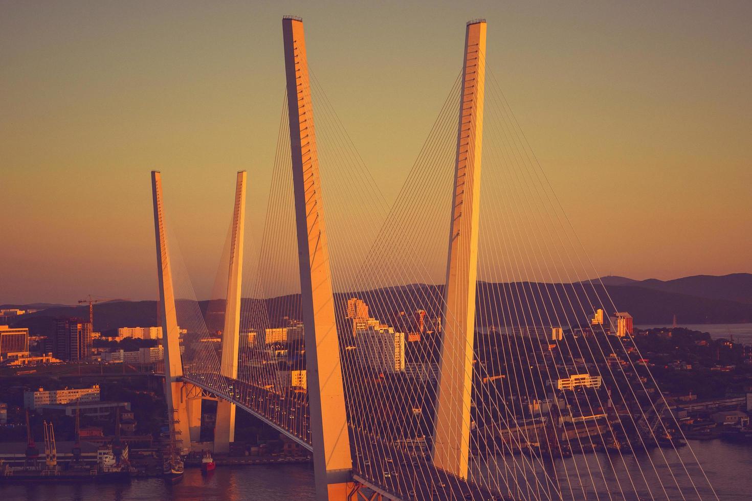 nattsikt över bron av det gyllene hornet. Vladivostok, Ryssland foto