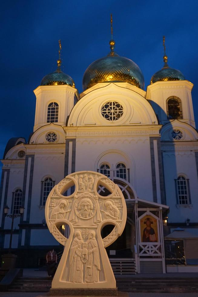 kristen kyrka mot kvällshimlen foto