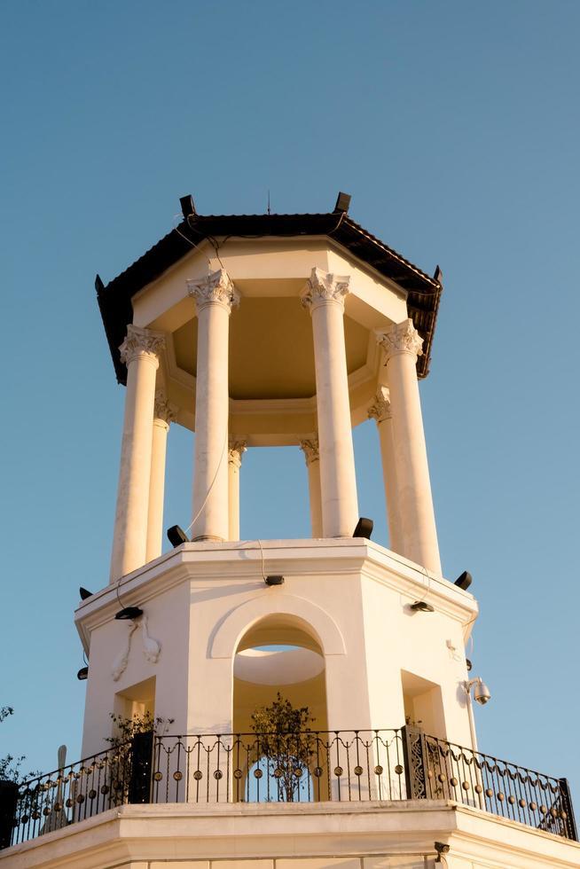 byggnaden av havsstationen mot den blå himlen. foto