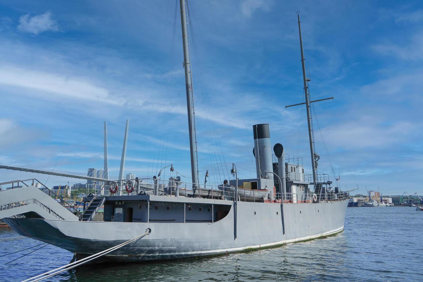 marinmålning med utsikt över skeppet vid piren. foto