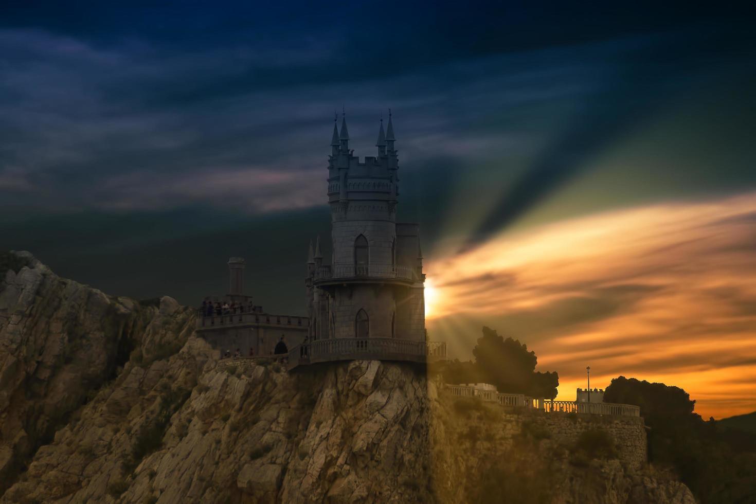 det dramatiska landskapet med utsikt över slottet foto