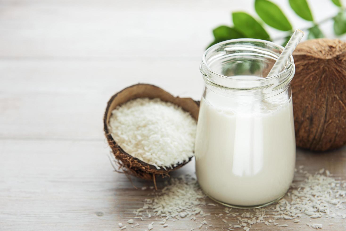 färsk kokosmjölk foto