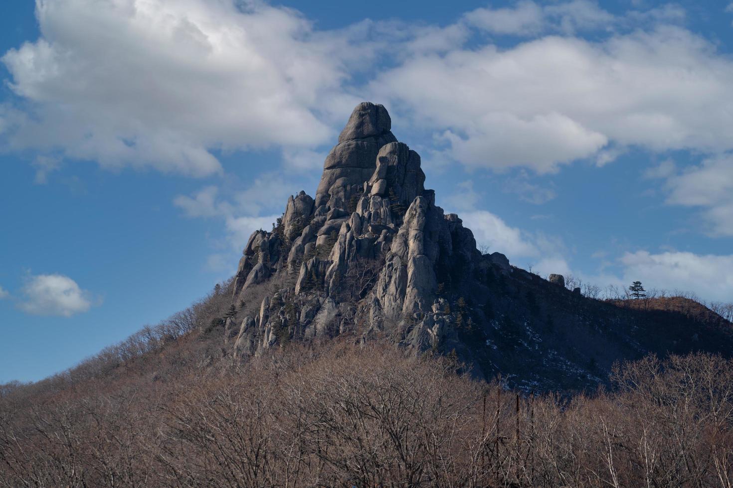 vackert bergslandskap under vintersäsongen. foto