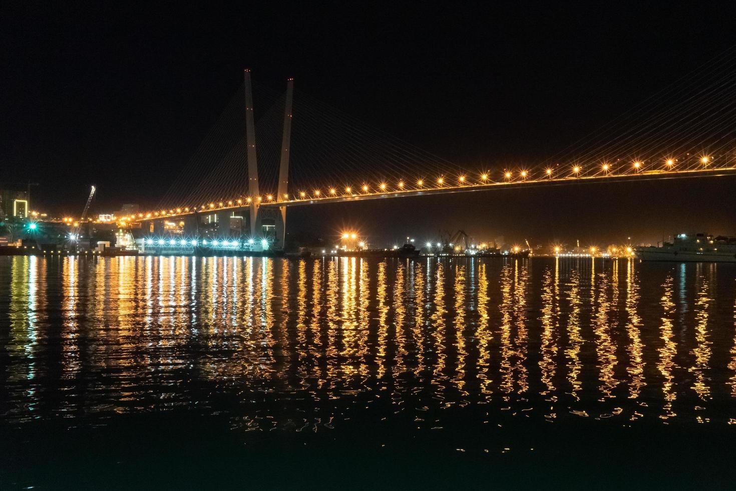 gyllene bro. Vladivostok, Ryssland foto