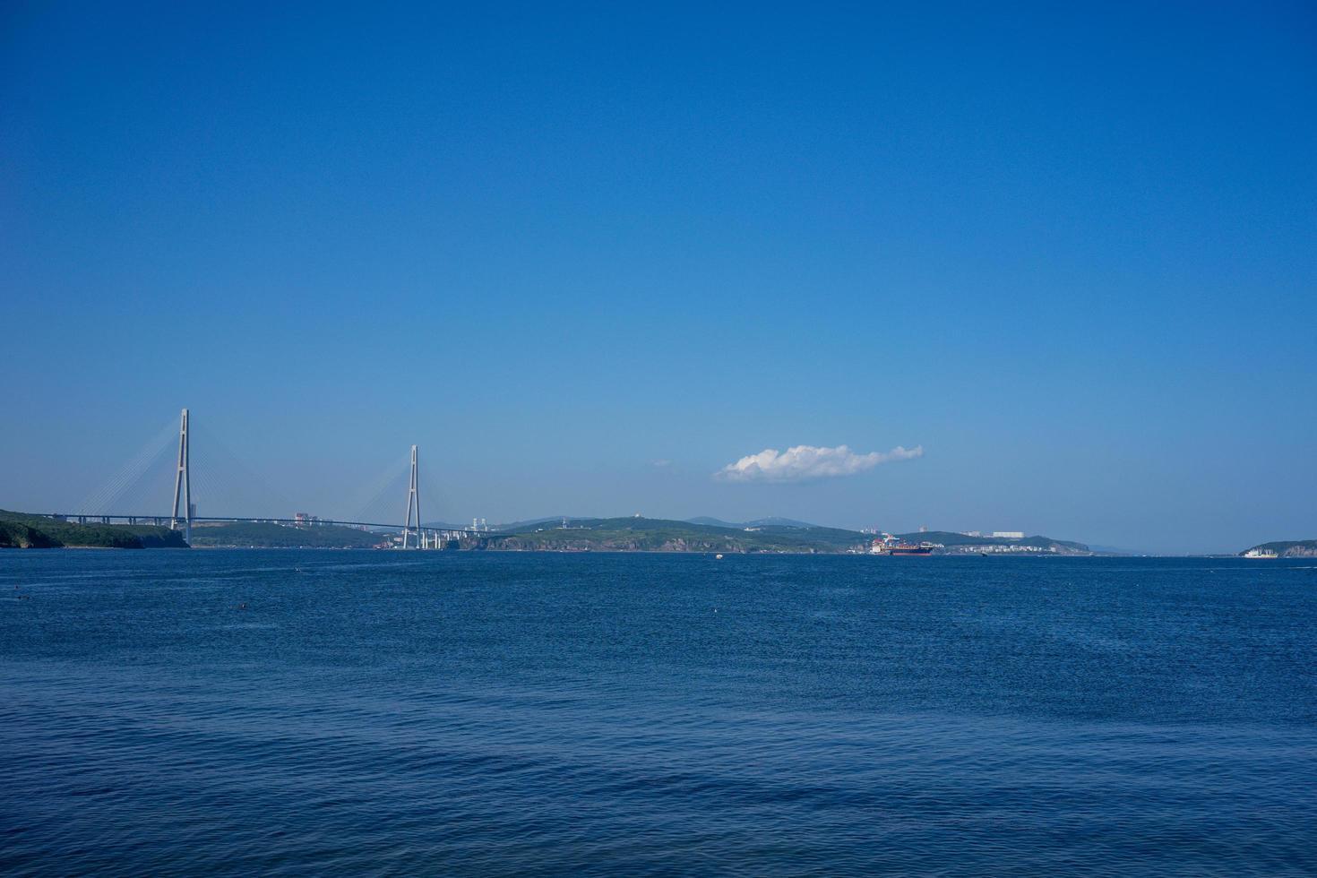 marint landskap med utsikt över den ryska bron i horisonten. foto