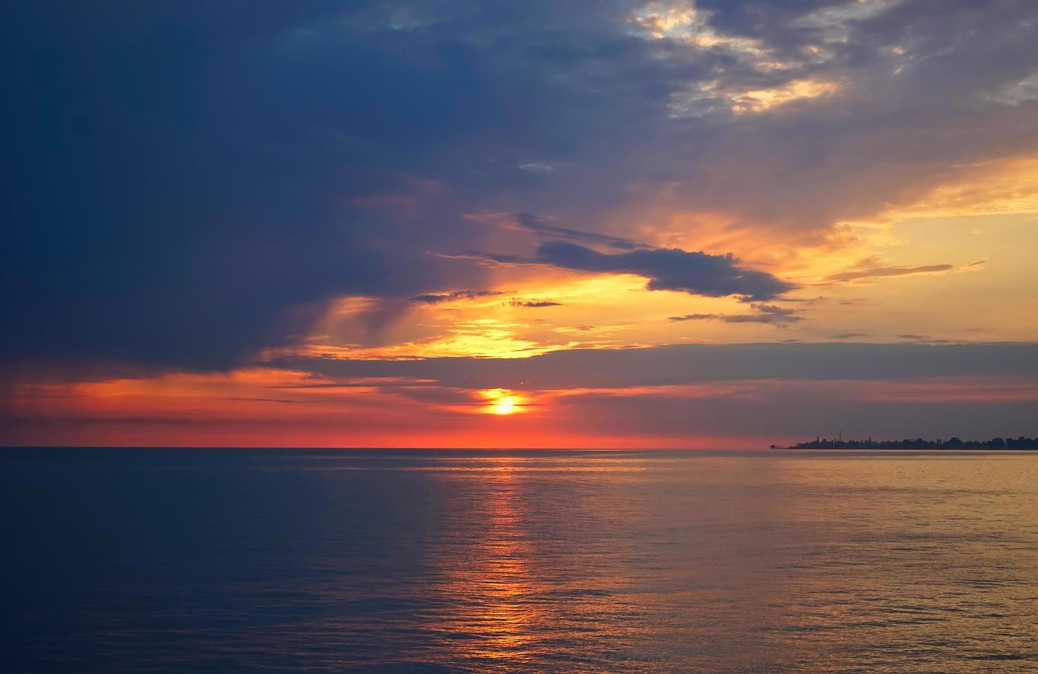 fantastisk solnedgång på havet. foto